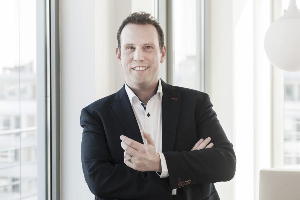 Jochen Balas, Geschäftsführer der Star Finanz freut sich über das runde Jubiläum der Sparkasse-App
